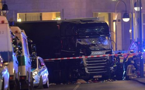 epa05682696 Rescue workers at the scenes and the truck that crashed into a Christmas market, close to the Kaiser Wilhelm memorial church in Berlin, Germany, 19 December 2016. According to the police, at least one man is reported killed in what police suspect it was a deliberate attack.  EPA/PAUL ZINKEN  Dostawca: PAP/EPA.