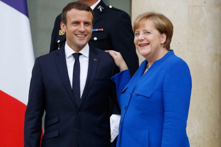 Gouvernement Valls 2 ça va valser ! Macron ne vous offrira pas de macarons...:) - Page 8 Merkel_macron